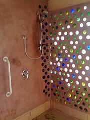 ducha: ceramica y vidrio reutilizado